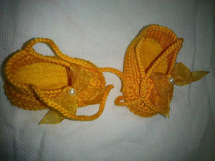 sapatilha em crochê confeccionada com fio Anne da Círculo,uma peça extremamente delicada para os pés de sua Bebê. decorada com laços de organza e pérolas. Linda demais!!