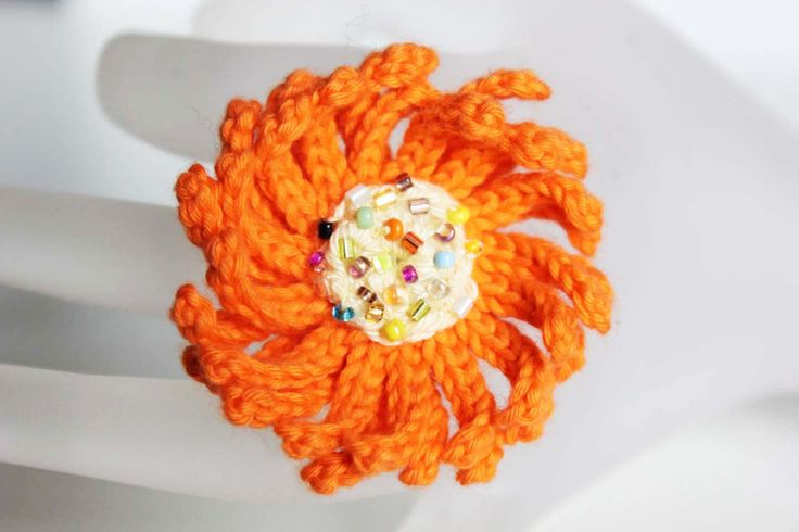 Crocheted Beaded Orange and Beige Flower Ring - Statement Ring - Maxi Ring - Fiber jewelry - Flower power - Bridesmaid gift - For her gift di CraftAroundTheClock su Etsy