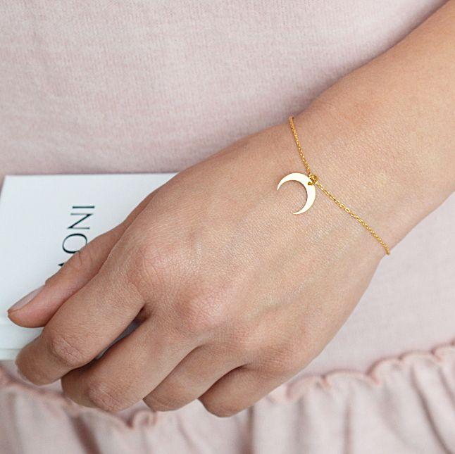 Bransoletka złota z księżycem. Zobacz na: https://laoni.pl/zlota-bransoletka-z-odwroconym-ksiezycem #księżyc #złoty #bransoletka #celebrytka #biżuteria