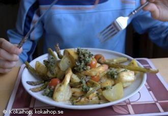 Varm sallad med halloumi, sparris, tomat, färskpotatis och salsa verde