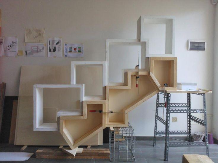 bookcase in fase di assemblaggio