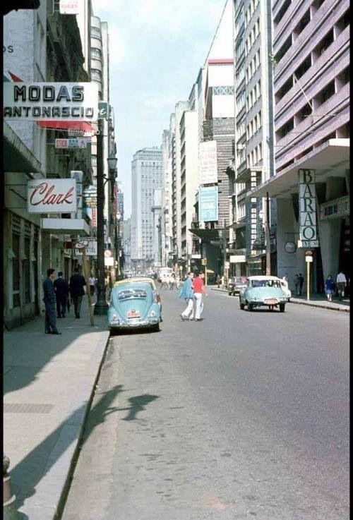 Década de 60 - Rua Barão de Itapetininga. Temos à esquerda a loja Clark (calçados), à direita o cine Barão.