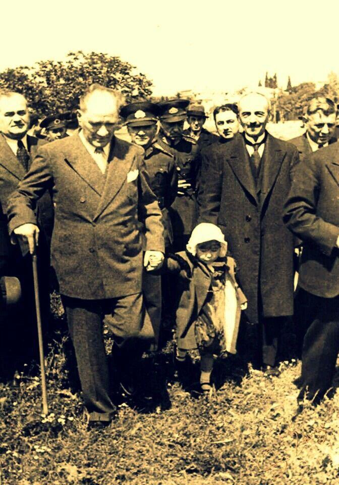 Sisler arasında kalan bir günü anımsıyorum bu arada… Kucağında kırk günlük bir bebekle Çankaya'daki eski köşke gelen Vasfiye Hanım'ı… Vasfiye Hanım kim mi? Anlatayım: Mustafa Kemal Paşa'nın annesi Zübeyde Hanım çok iyiliksever bir insanmış. Elinden geldiğince herkesi yardımına koşar, dertli başları dertten kurtarmaya çalışır, kendi beceremezse oğlunu, biricik Mustafa'sını yardıma çağırırmış. Günü birinde cici bir kız getirmişler kendisine. Tatlı mı tatlı, yaşına rağmen olgun da. Pek…