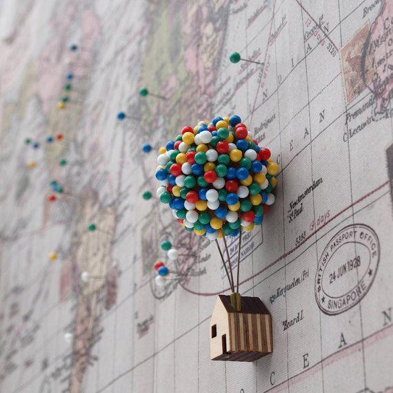 Ob Sie pin-up eine Pin-Up, oder legen Sie eine Pin auf der Karte, bietet der Ballon Pin House einen bezaubernden Ort für Sie, Ihre Karte oder schwarzes Brett Pins zu speichern.  300 einzelne Pins schweben über eine kleine Dachterrasse in einem Miniatur-Ballon-Cluster.  Ordnen Sie Ihre Ballons indem Sie einfach jeden Pin in eine solide Korken Ballenkerns. Jede Kugel ist fest auf drei robuste Stahlstifte ragt aus einem winzigen Messing Röhren Schornstein montiert. Das kleine Holz Sperrholz…