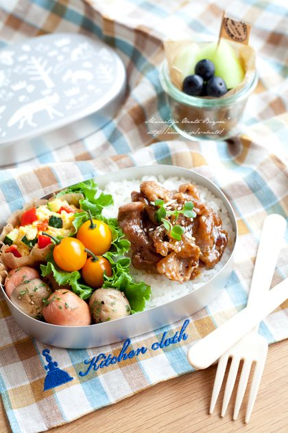 Japanese blog with bento box ideas and recipes. Teriyaki bowl of pork, cherry tomatoes, saute sausage and mushroom, scrambling of zucchini and paprika, melon and blueberry.