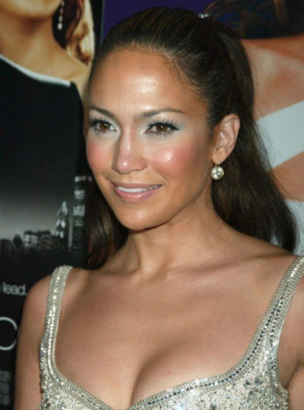Jennifer Lopez a un peu trop forcé sur le fard à paupière blanc