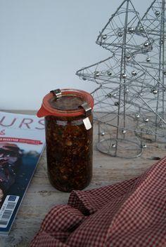 A trois jours de Noël, voici une recette de confiture de Noël qui accompagnera à merveille votre foie gras ! Ingrédients pour un gros pot de confiture : 225 mL de jus de pomme 200g de sucre confiture 1 gousse de vanille 1 batôn de cannelle 1g de clou de girofle 1g de graines de coriandre 25g d'abricots secs 25g de figues séchées 25g de poires séchées 12g d'écorce d'orange en cube 12g d'écorce de citron en cube 25g de sultanines 25g de noix 25g d'amande entière 25g de noisette Faire bouillir…