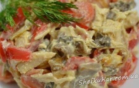 Салат з маринованими грибами і куркою