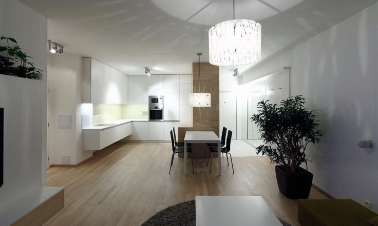 Materiály bytu sme navrhli v decentných svetlých farbách, aby nepôsobili rušivo a malý byt nezmenšovali. Jednotná farebnosť a jednotné materiály zabezpečujú, že priestor posôbí priestranne aj napriek malej podlahovej ploche. Na podlahu v kuchyni sme nechali parkety, aby pôsôbila ako súčasť obývačky.