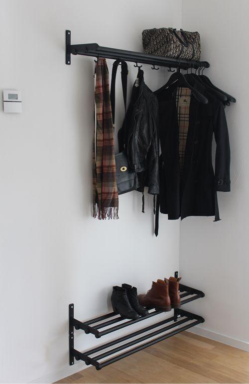 Äntligen är hatthylla och skohyllor uppborrade på väggen i hallen, så nu slipper trappan att agera som jackhängare. Vi bestämde oss tidigt för att det var Nostalgi vi ville ha i hallen - gillar att…