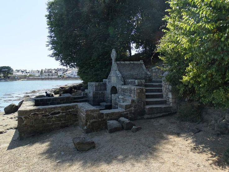 La petite île de Saint-Cado est reliée à la terre par un pont en pierre. Elle offre un joli point de vue sur la ria d'Etel. On peut découvrir une chapelle romane au portail du XVIe siècle ainsi que son calvaire (1832). Sa petite fontaine (XVIIIe), en contrebas, est régulièrement submergée par la marée.
