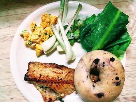 今日の夕ご飯 赤魚の粕漬 エシャロット 万能ねぎの卵焼き ネギ坊主の天ぷら ロメインレタス ブルーベリーのベーグル