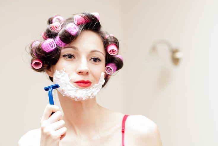 Agora a mania é as mulheres usarem a lâmina de barbear para remover os pelos do rosto, mesmo sendo mais finos e clarinhos. E pode ser bom pra sua pele, sabia?