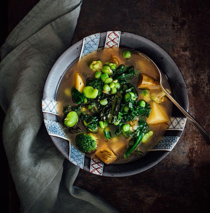 Soep van de markt (sopa del mercado) recept voor een zomerse maaltijdsoep met artisjokken, tuinbonen, doperwten, cavolo nero, spinazie en opperdoezer ronde