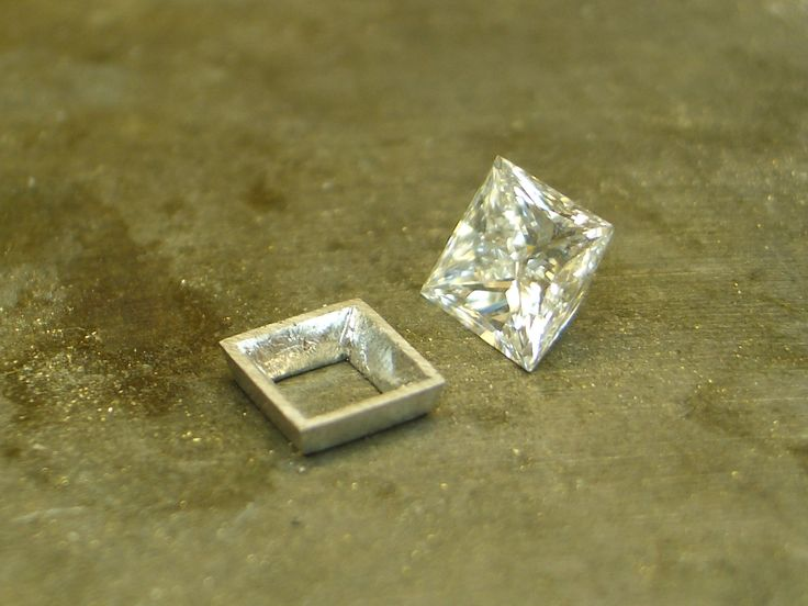Bezel plate for the centre diamond.