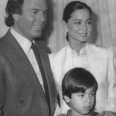 Isabel Preysler and Julio Iglesias   Julio Iglesias e Isabel Preysler posan con un joven Enrique Iglesias ...