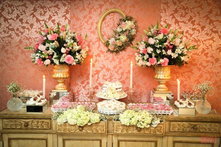 Mesa de doces do noivado da Isis com e Felipe Decoração com tons de