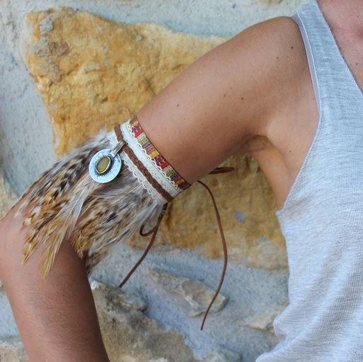 Brazalete de mujer, adornado con plumas y moneda antigua. Accesorio étnico, diseño exclusivo, perfecto para tus looks de verano