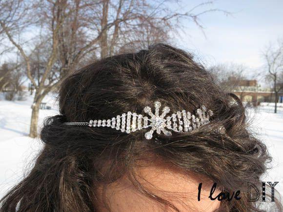 Un bracelet élégant se transforme en headband pour tenir les cheveux de façon chic !