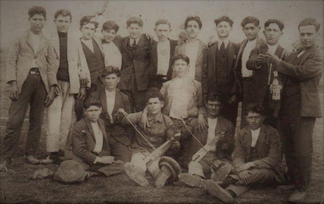 Santeos: 1928: Διασκέδαση νεαρών προσφύγων.