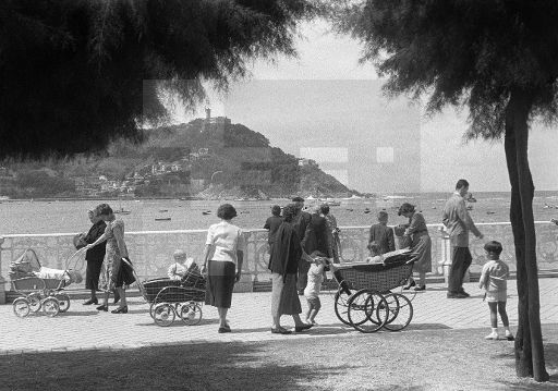 ESPAÑA-PLAYAS: San Sebastián, agosto 1956. Un grupo de veraneantes pasea junto a la playa de la Concha. EFE/jgblafototeca.com Image : efespseven083692