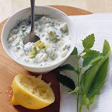 Joghurt-Avocado-Dip mit vielen Kräutern (Sauerampfer & Co)