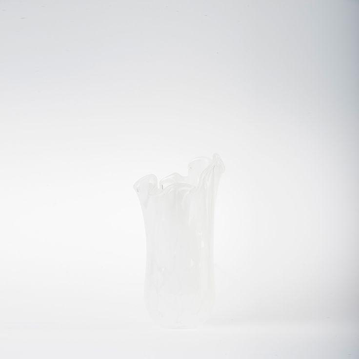 Koleksiyon Adı: Coral  Ürün Tipi: Vazo  Ürün Kodu: 013012.01  Ürün Rengi: Beyaz  Ölçü: h/30 – 32 cm çap/19 cm  Özellikleri: Serbest üfleme tekniği ile üretilmiştir.