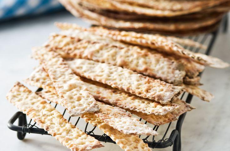 Recept på ljust knäckebröd med vetekross. Vänd gärna degen flera gånger under kavlingen så går det lättare att få den tunn.