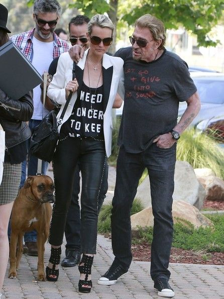 Laeticia Hallyday Photos - French singing royalty Johnny Hallyday gets affectionate with wife Laeticia while they enjoy a day of shopping with friends in Malibu, CA on April 7, 2013. - Laeticia Hallyday Photos - 619 of 2165