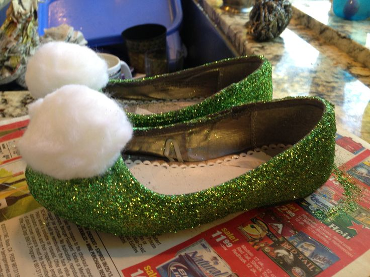 DIY tinker bell shoes for costume. All you need is an old pair of shoes, mod podge, green glitter, Pom poms, and a hot glue gun.