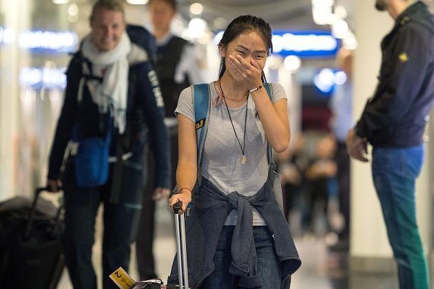 Kann ihr Glück vor Freude nicht fassen: Bivsi Rana bei ihrer Rückkehr am Düsseldorfer Flughafen.