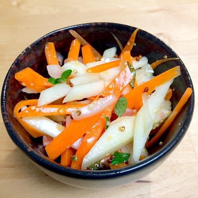 自家製ハーブも入れてみました。 - 11件のもぐもぐ - ハーブ入りニンジンリンゴサラダ by yuihan