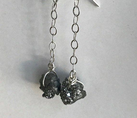 Sterling zilveren ketting oorbellen met zilveren druzy stenen maken een schitterende drop earring. Dangle druzy oorbellen zitten laag om te pronken met hun natuurlijke schittering vooral als je langer haar hebt. Alle zilver is sterling. Druzys zijn ongeveer 10mm in de breedte en lengte. Totale lengte van oorbellen zijn 2 vanaf bovenkant van oor draden Als u wilt terugkeren naar ksadesigns, klik hier: http://www.etsy.com/shop/KsaDesigns?ref=si_shop Meer oorbellen wee...
