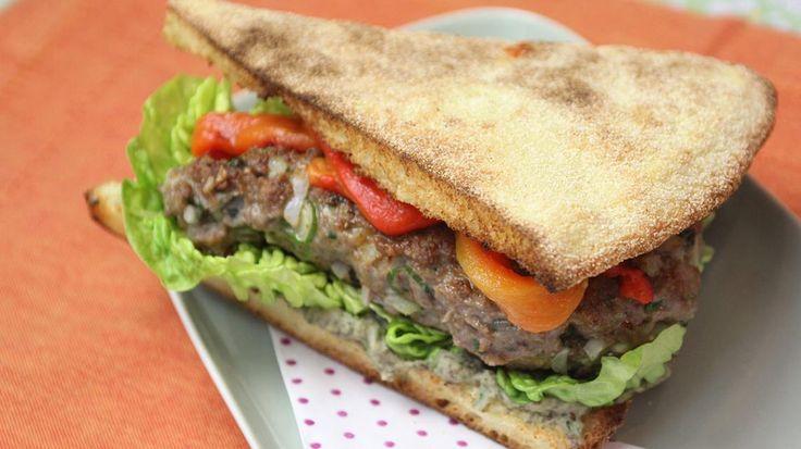 Sandwich met hummus, lamsburger en gegrilde paprika | VTM Koken