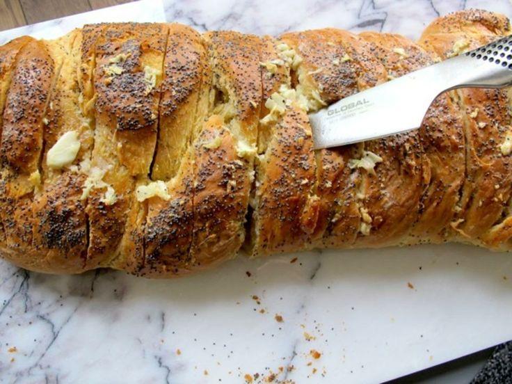 Saftig hvitløksbrød til grillen eller ovn - Dette brødet er fantastisk følge til en god salat, gjerne med kylling eller tunfisk. Suppe og hvitløksbrød er også en klar favoritt hjemme hos oppskriftens forfatter, matblogger og kokebokdronning Monica Csango. Hvis du vil bake brødet på grillen, husk å pakke det inn i aliminumsfolie først. Dette brødet er også mulig å forhåndslage før du skal ha fest og putte i fryseren frem til du skal bruke det. Da blir stresset minimalt. Lykke til!