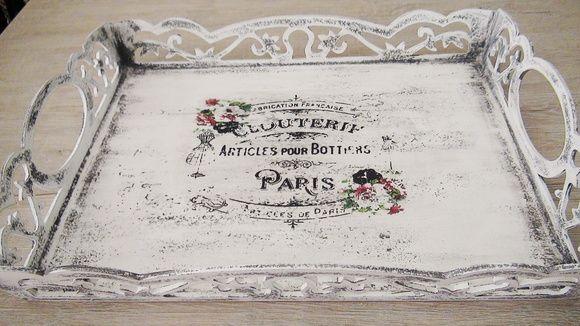 Bandeja Provençal pintada à mão com a técnica pátina em madeira. Peça envernizada com verniz acrílico fosco. R$ 70,00