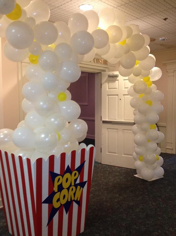 Popcorn entrance ballon theme movies cinema party Palomitas de maiz arco de globos blancos decoracion de fiesta tematica sobre peliculas