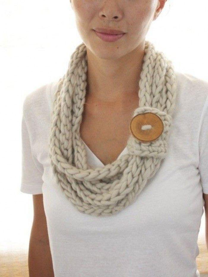 makkelijke gehaakte sjaal Dit is gemaakt met op drie vingers 'gehaakte' koorden. Kijk op You Tube voor de techniek. Daarna is het verbindingslapje met vasten gehaakt en met een knoop verbindt dit de koorden