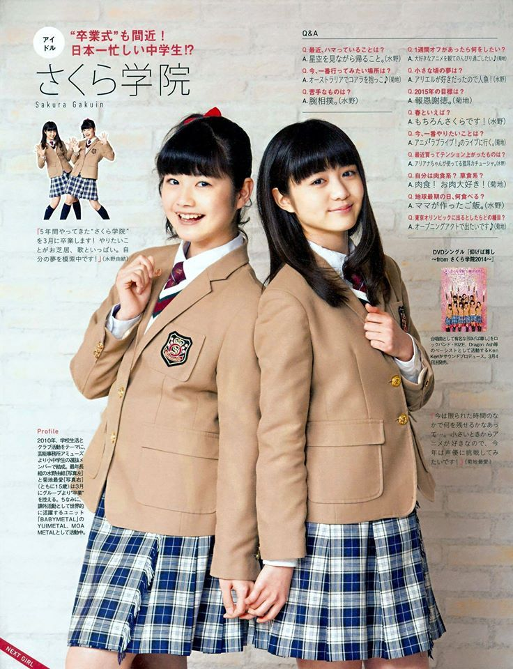 SG - YUI & MOA holding hands.