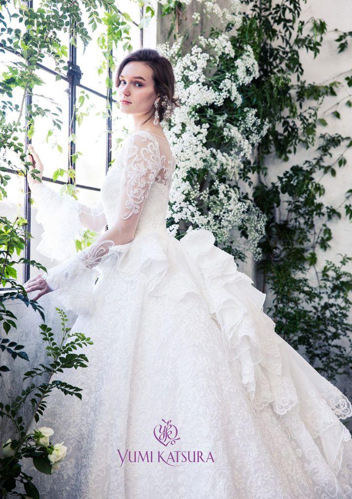 06aba669ad88c AK-10751A(OW) - 桂由美 ウエディングドレス - 贅沢に使用されたオーロラに輝くコードレースが透明感のある輝きを放ちます。  シンプルなシルエットの総レースドレスは ...