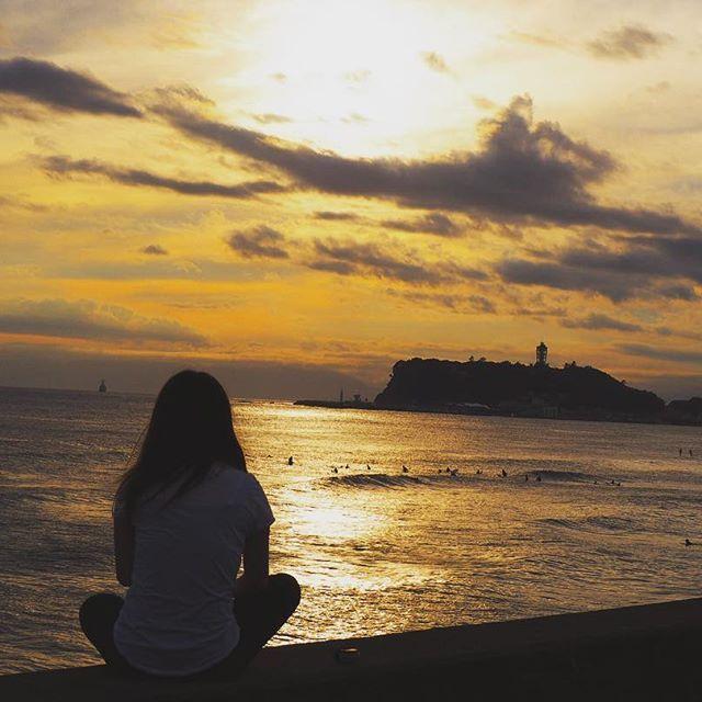 【maaho_0730】さんのInstagramをピンしています。 《. . . 海に行こう🏄 . . #背中で語る#海#夕日#サンセット #七里ヶ浜#江ノ島#江ノ島のシンボル #オリンパス#ミラーレス一眼#カメラ #カメラ好きな人と繋がりたい 👆繋がんの?不思議なタグ。笑》