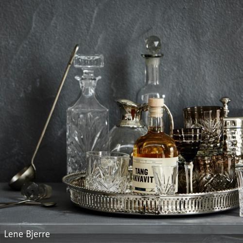 Die Minibar daheim: Einfach auf einem schönen Tablett Flaschen und Gläser mit Accessoires anrichten. Mehr auf roomido.com #roomido #vintage