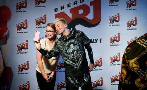 Fanit innostuivat poseeraamaan selfieissä Radio NRJ:n järjestämillä liveradiosynttäreillä maanantaina.