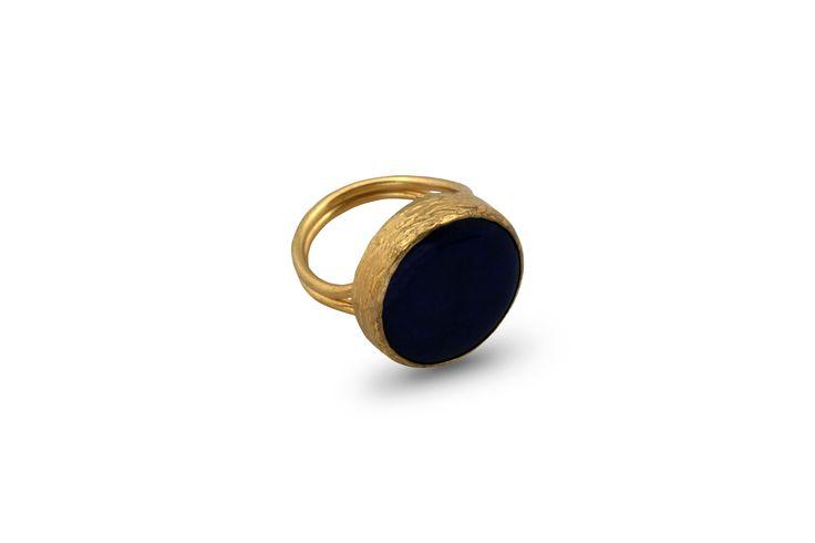 Δαχτυλίδι από επιχρυσωμένο μπρούντζο και ημιπολύτιμη μπλε πέτρα.