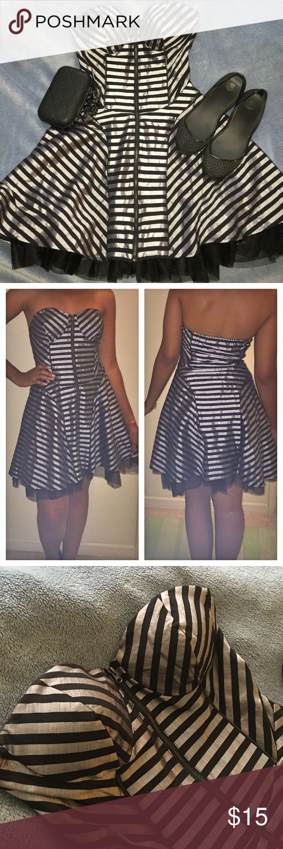 Cute striped dress ❤️ Perfect condition! It was worn just a few times! Great with flats or heels! The color is a metallic silver with black and has a frontal zip. Forever 21 Dresses Mini