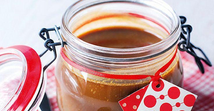 Během deseti minut si můžete sami uvařit jemný, máslový karamel, který se hodí jako poleva na zmrzliny, náplň dezertů nebo jen tak na mlsání. Můžete jej také připravit a darovat nějakému nadšenci do vaření, určitě jej potěšíte.  //    Čas přípravy: 10 minut Porce: přibližně 1 hrnek karamelu