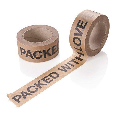 """""""Packed with love"""". Braunes Papierklebeband mit fortlaufendem Schriftzug."""