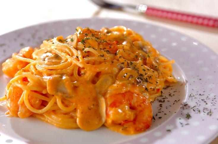 パプリカの赤色がきれいなクリームパスタです。チーズを入れる事でソースがよくからみますよ。パプリカのエビチーズパスタ[洋食/麺料理(パスタ等)]2010.04.12公開のレシピです。