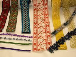 PASAMANERÍA. Género de galón o trencilla, cordones, borlas, flecos y demás adornos de oro, plata, seda, algodón o lana que sirve para guarnecer y adornar los vestidos y otras cosas.