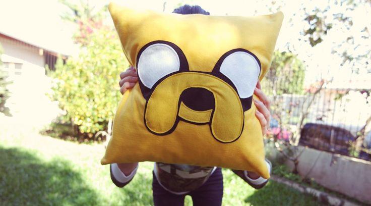 Fãs do desenho Hora de Aventura, preparem seus corações: no faça você mesmo de hoje ensinamos a fazer uma almofada Jake. Vem que tá fácil e bonito!